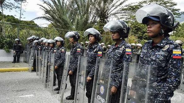 Phe đối lập Venezuela kêu gọi quân đội ngừng ủng hộ Maduro - Ảnh 1.