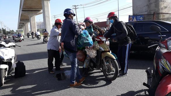 Xúc động cảnh nhiều người giúp chị bán rau bị đụng xe giữa đường - Ảnh 3.