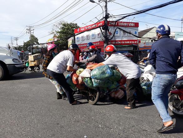 Xúc động cảnh nhiều người giúp chị bán rau bị đụng xe giữa đường - Ảnh 2.