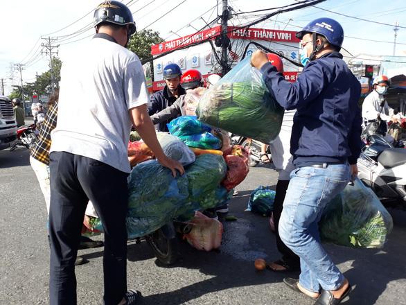 Xúc động cảnh nhiều người giúp chị bán rau bị đụng xe giữa đường - Ảnh 4.