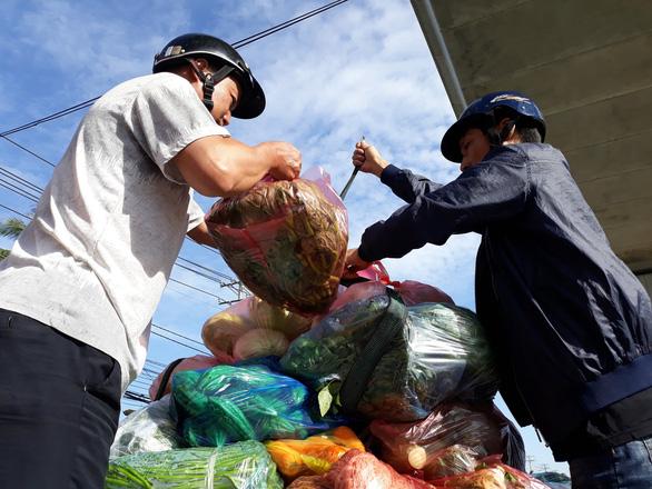 Xúc động cảnh nhiều người giúp chị bán rau bị đụng xe giữa đường - Ảnh 5.