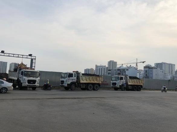Phó chủ tịch quận 2 hứa ngăn xe tải nặng chạy trước cổng trường - Ảnh 2.