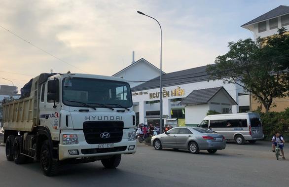 Phó chủ tịch quận 2 hứa ngăn xe tải nặng chạy trước cổng trường - Ảnh 1.