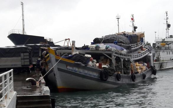 Tàu cá chở rau ra Phú Quốc bất chấp lệnh cấm biển - Ảnh 2.