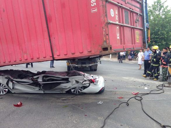 Đi gần xe container, làm sao để an toàn? - Ảnh 1.