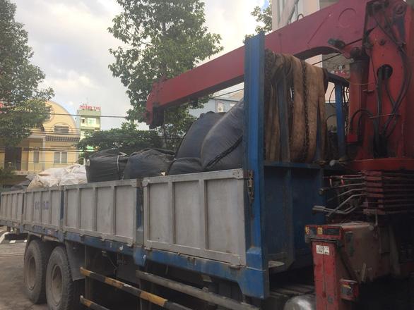 Bắt quả tang hàng chục tấn chất thải nguy hại vận chuyển trái phép - Ảnh 1.