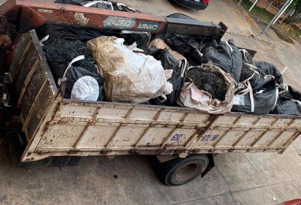 Bắt quả tang hàng chục tấn chất thải nguy hại vận chuyển trái phép - Ảnh 2.