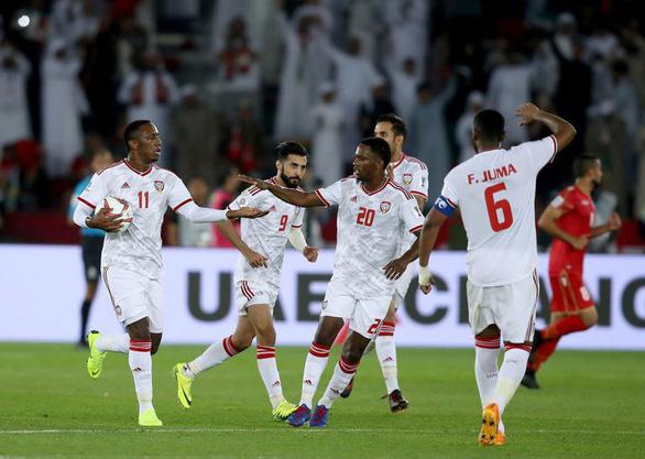 Nhờ trọng tài, chủ nhà UAE thoát thua Bahrain ở trận mở màn Asian Cup - Ảnh 3.