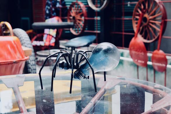 Quán cà phê toàn đồ tái chế giữa phố cổ Hà Nội - Ảnh 1.