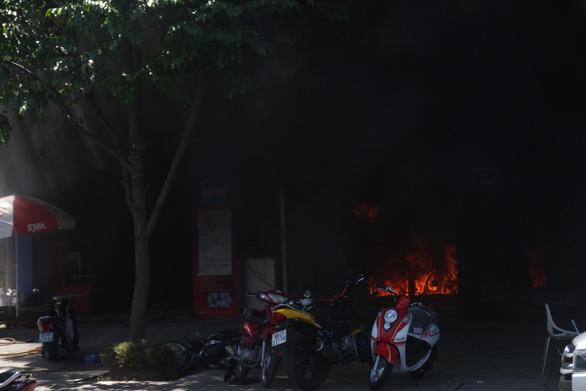 Cháy cửa hàng xe máy ở Mỹ Tho, hàng chục xe bị thiêu rụi - Ảnh 4.