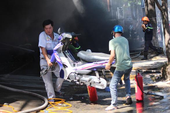Cháy cửa hàng xe máy ở Mỹ Tho, hàng chục xe bị thiêu rụi - Ảnh 5.