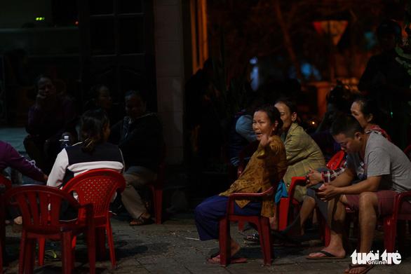 Dân ven bãi rác Khánh Sơn thức đêm chờ lãnh đạo thành phố Đà Nẵng - Ảnh 2.