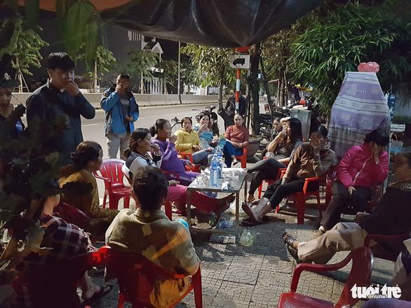 Dân ven bãi rác Khánh Sơn thức đêm chờ lãnh đạo thành phố Đà Nẵng - Ảnh 1.