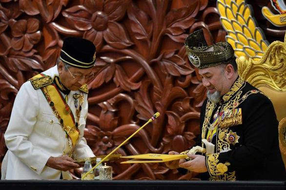 Quốc vương Malaysia thoái vị vì cưới người đẹp hay vì xung đột thủ tướng? - Ảnh 2.