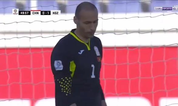 Thủ môn Kyrgyzstan ném bóng về lưới nhà - Ảnh 1.
