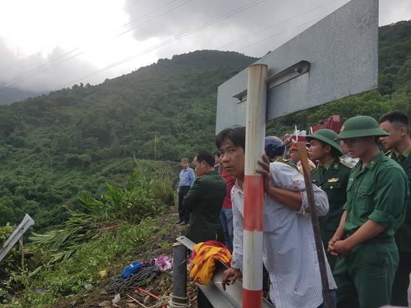 Hiện trường tai nạn xe chở sinh viên lao xuống vực đèo Hải Vân - Ảnh 3.