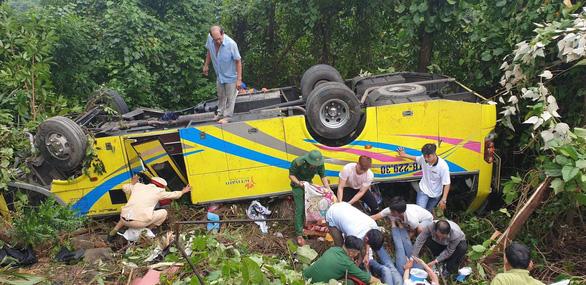 Hiện trường tai nạn xe chở sinh viên lao xuống vực đèo Hải Vân - Ảnh 1.