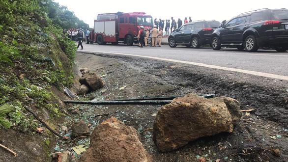 Hiện trường tai nạn xe chở sinh viên lao xuống vực đèo Hải Vân - Ảnh 2.