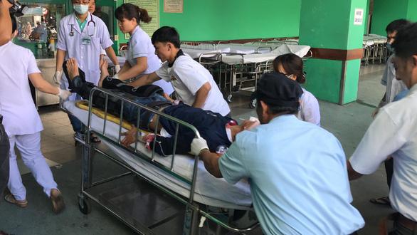 Xe chở 20 sinh viên thực tập lao xuống vực đèo Hải Vân, 1 người chết - Ảnh 2.