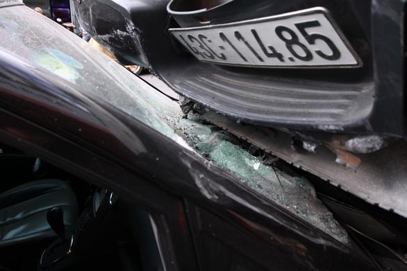 Xe bán tải cài số lùi gây tai nạn liên hoàn, nhảy lên đầu xe KIA - Ảnh 3.