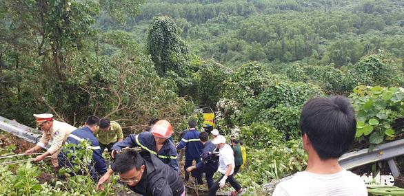 Xe chở 20 sinh viên thực tập lao xuống vực đèo Hải Vân, 1 người chết - Ảnh 4.