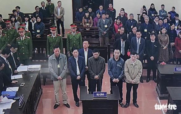 Nguyên giám đốc xuất hiện, BS Lương vắng mặt, hoãn phiên tòa chạy thận 9 người chết - Ảnh 9.