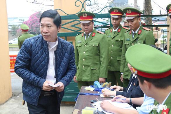 Nguyên giám đốc xuất hiện, BS Lương vắng mặt, hoãn phiên tòa chạy thận 9 người chết - Ảnh 6.