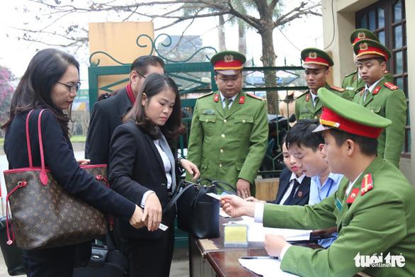 Nguyên giám đốc xuất hiện, BS Lương vắng mặt, hoãn phiên tòa chạy thận 9 người chết - Ảnh 7.