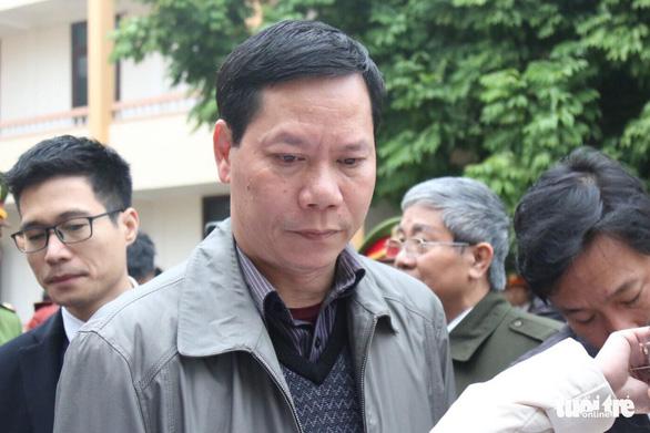 Nguyên giám đốc xuất hiện, BS Lương vắng mặt, hoãn phiên tòa chạy thận 9 người chết - Ảnh 1.