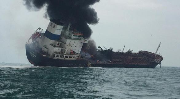 Tàu dầu treo cờ Việt Nam cháy nổ dữ dội ngoài khơi Hong Kong - Ảnh 7.