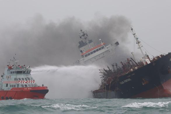 Tàu dầu treo cờ Việt Nam cháy nổ dữ dội ngoài khơi Hong Kong - Ảnh 1.