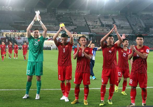 Các thủ môn trên thế giới cứu thua ra sao trong tình huống của Văn Lâm? - Ảnh 1.