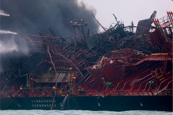Cứu hỏa, thợ lặn Hong Kong lên tàu dầu tìm 2 thuyền viên Việt mất tích - Ảnh 2.