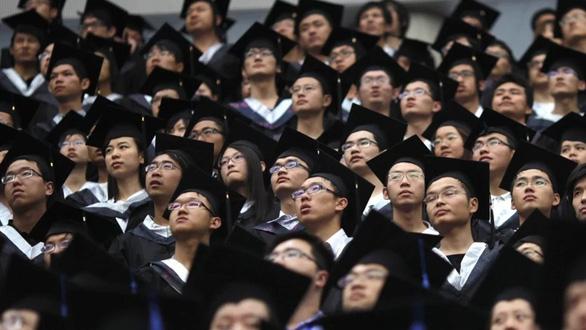 Kinh tế suy thoái, nhiều sinh viên Trung Quốc vỡ mộng vào đời - Ảnh 1.