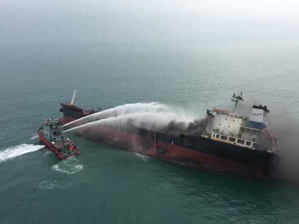 Cứu hỏa Hong Kong nói tàu dầu Việt Nam cháy nổ khi đang tiếp dầu - Ảnh 1.