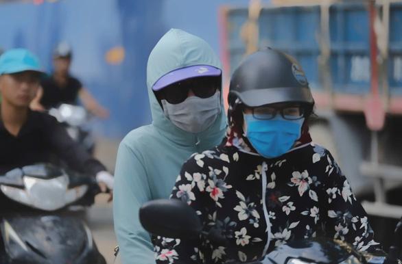 Ô nhiễm gia tăng, Bộ Tài nguyên - môi trường khuyến cáo hạn chế ra ngoài - Ảnh 1.
