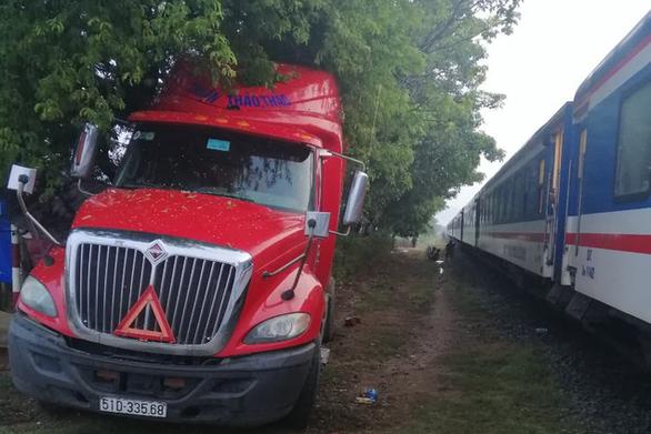 Tàu hỏa va chạm xe container ở Ninh Thuận, đầu máy biến dạng - Ảnh 5.