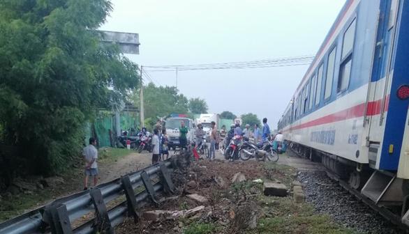 Tàu hỏa va chạm xe container ở Ninh Thuận, đầu máy biến dạng - Ảnh 6.