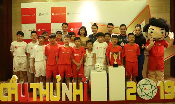 Don Nguyễn, Diệu Nhi làm bảo mẫu cho Cầu thủ nhí - Ảnh 1.