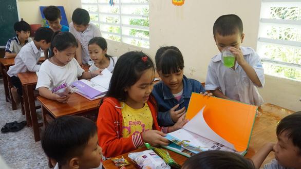 Những bạn trẻ âm thầm góp sách tặng học trò vùng sâu - Ảnh 1.