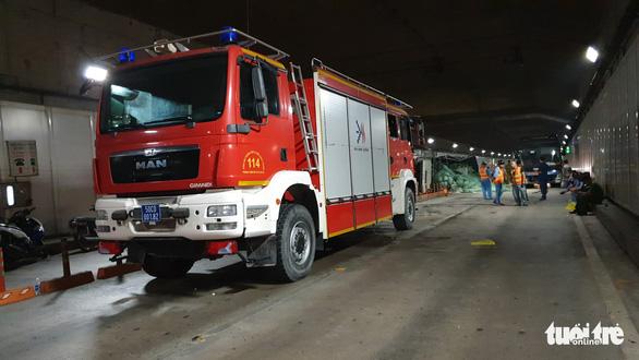 Xe tải mất thắng húc xe khách rồi đâm sầm vào vách hầm Thủ Thiêm - Ảnh 6.