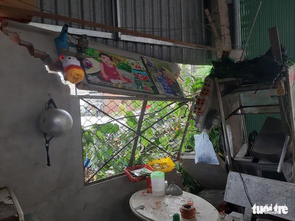 Xe Camry tông 1 phụ nữ nguy kịch, rồi lại tông sập tường nhà dân - Ảnh 3.