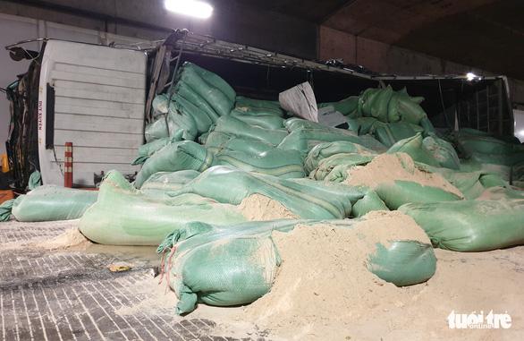 Xe tải mất thắng húc xe khách rồi đâm sầm vào vách hầm Thủ Thiêm - Ảnh 4.