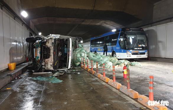 Xe tải mất thắng húc xe khách rồi đâm sầm vào vách hầm Thủ Thiêm - Ảnh 2.