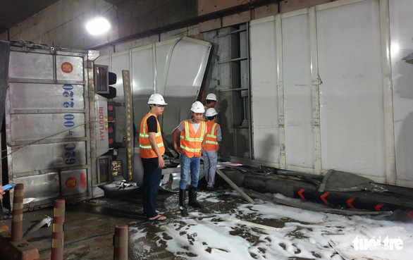 Xe tải mất thắng húc xe khách rồi đâm sầm vào vách hầm Thủ Thiêm - Ảnh 5.