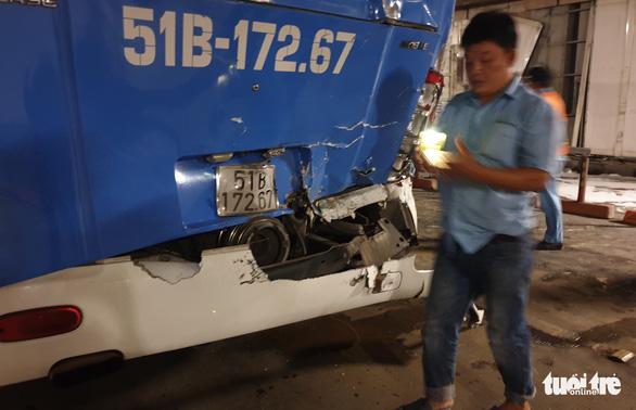 Xe tải mất thắng húc xe khách rồi đâm sầm vào vách hầm Thủ Thiêm - Ảnh 3.