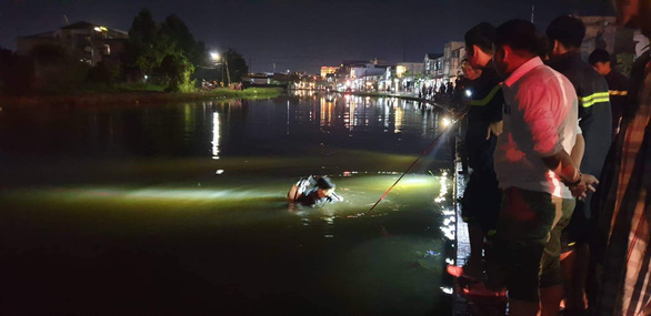 Một phụ nữ chết đuối vì đi xe máy lao xuống hồ trong triều cường - Ảnh 1.