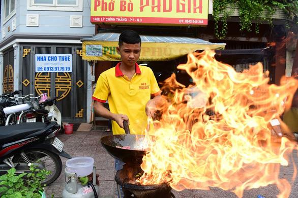 Mình ăn gì khi ăn phở giữa Sài Gòn? - Ảnh 1.