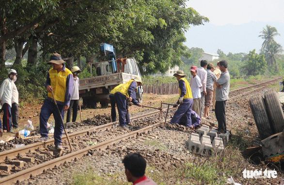 Tàu hỏa va chạm xe container ở Ninh Thuận, đầu máy biến dạng - Ảnh 4.