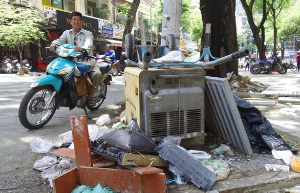 Bỏ một bộ salon, bị người lấy rác đòi 700.000 đồng nên dân cứ xả rác? - Ảnh 2.